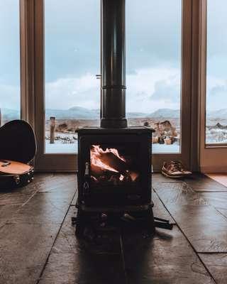 Véritable plus dans votre séjour, le poële ou la cheminée s'acompagne aussi de quelques contraintes.