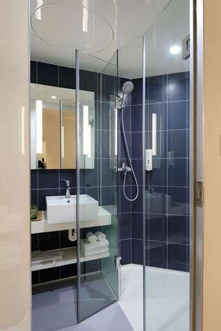 La douche, plus pratique dans un appartement.
