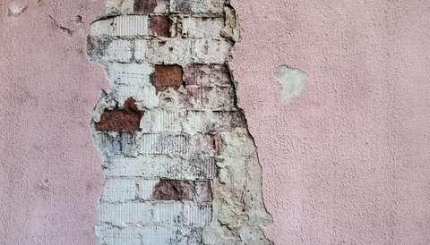 La fissure d'un mur peut être signe de fondements fragiles.