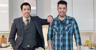 Deux frères qui aident des futurs acquéreurs.