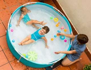 Cette piscine est idéal pour les enfants lors des beaux jours.