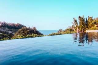 Très moderne, la piscine à débordement est doté d'un certain charme.