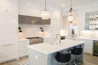 Avec sa pureté, le blanc apporte de la luminosité dans la cuisine.