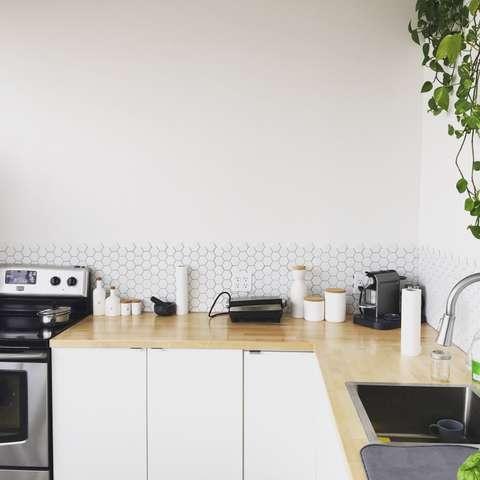 Un plan de travail en bois sublimera votre cuisine blanche.