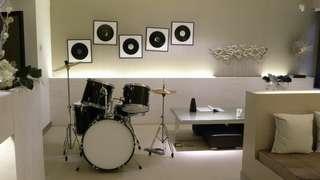 Vous pourrez aménager une chambre ou encore un studio de musique dans votre souplex.
