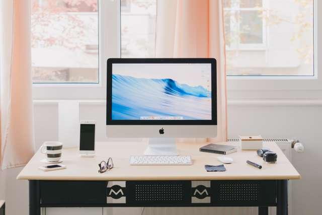 Avec quelques idées, vous pouvez créer un coin bureau dans votre salon.