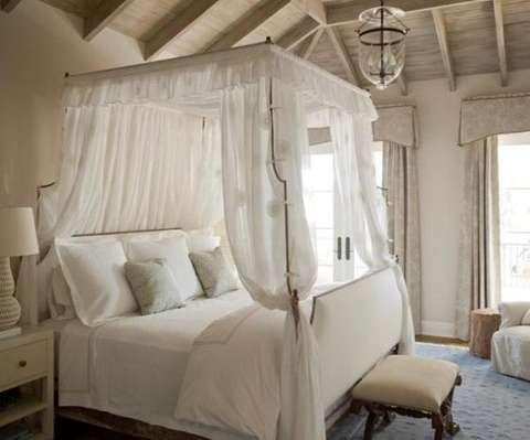 Le lit à baldaquin est romantique